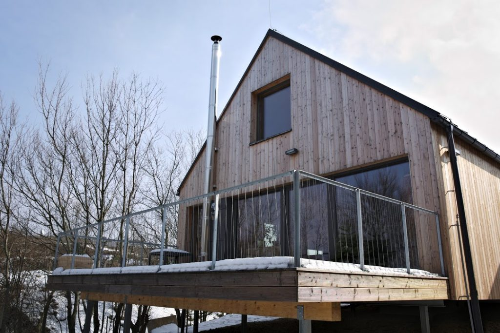Veľká nekrytá terasa drevostavby