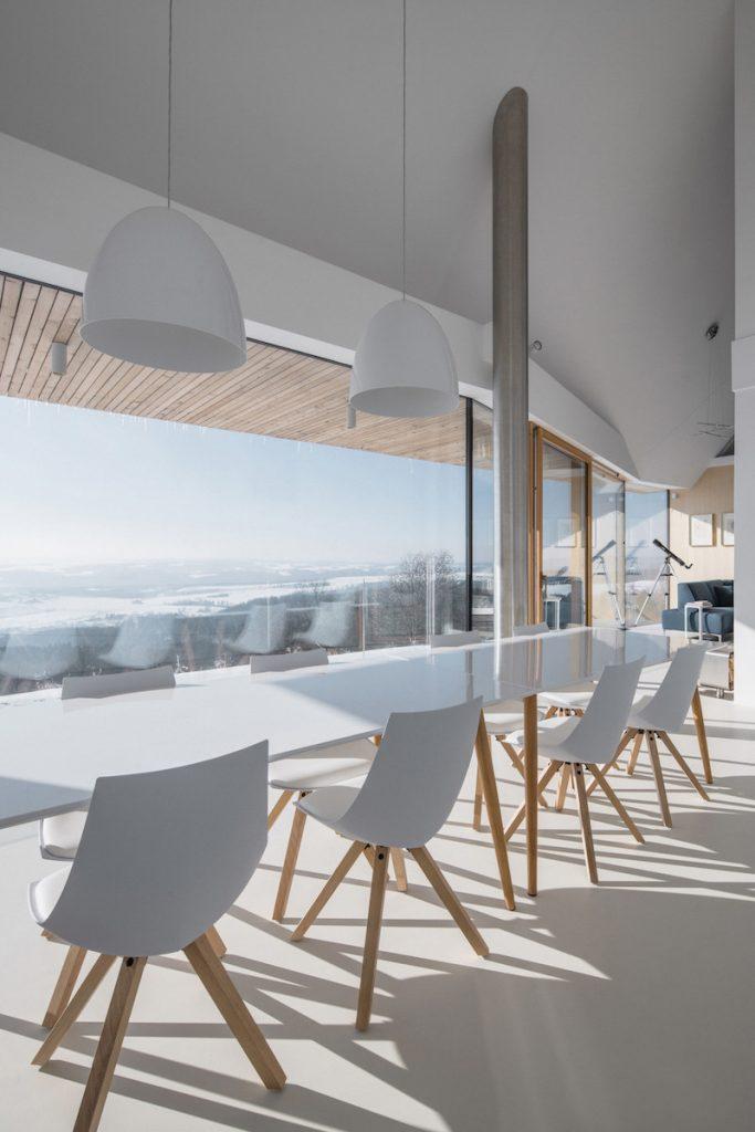 Biela jedáleň s krásnym výhľadom na okolie.