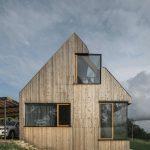 Stavba s drevenou fasádou