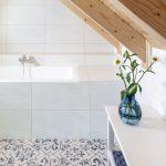 Kúpeľňa s vaňou a dlažbou