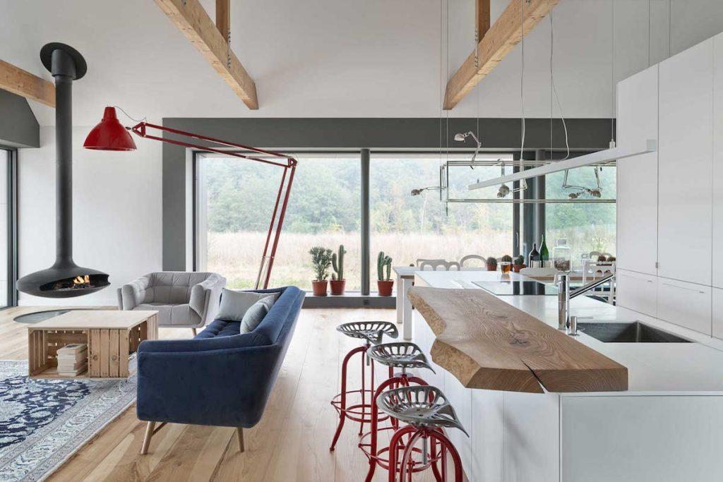 Dizajnové barové stoličky a biela kuchynská linka s drevom