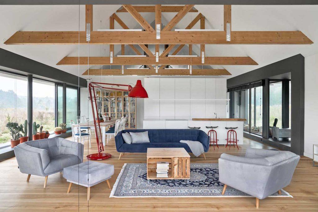 Obývačka s jaseňovým drevom a farbami