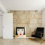 Obraz a kreslo v interiéri