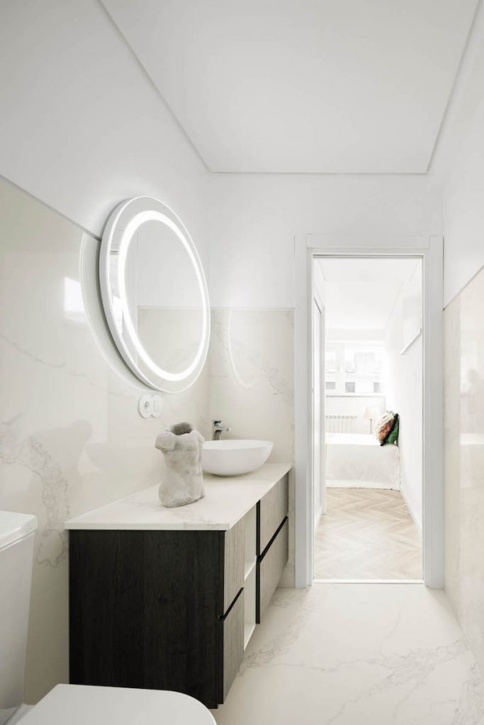 Toaleta so zrkadlom