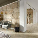 Obývací priestor s kamennou stenou