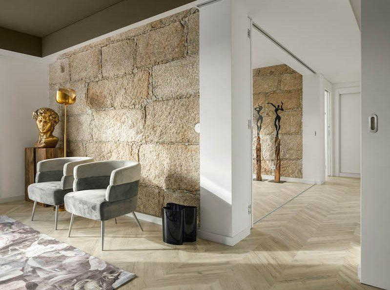 Pôvodné múry boli problémom, nakoniec sa stal kameň dominantou bytu