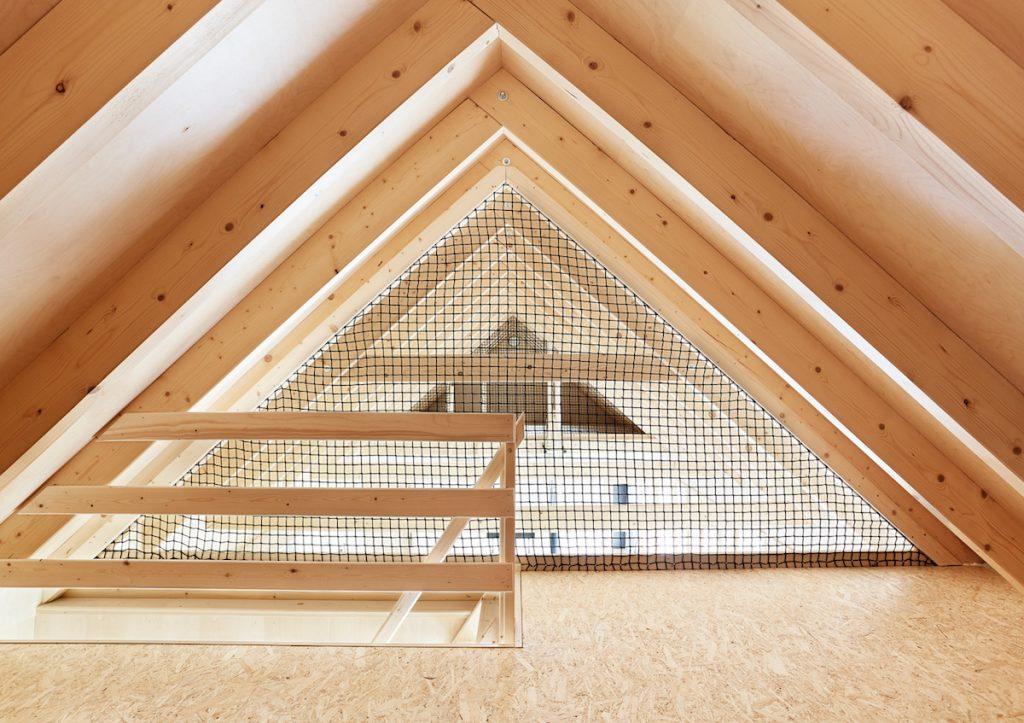 lazurovaná brezová preglejka a krov chaty
