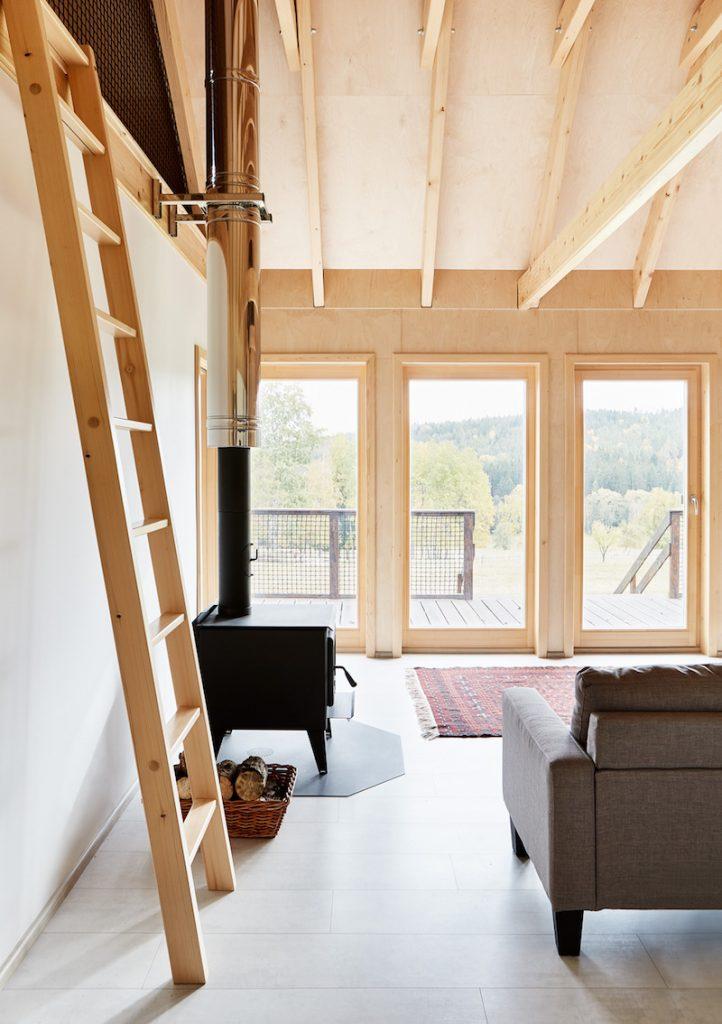 Obytný priestor s otvoreným krovom v chate