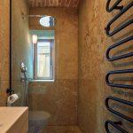 Sprchový kút a toaleta
