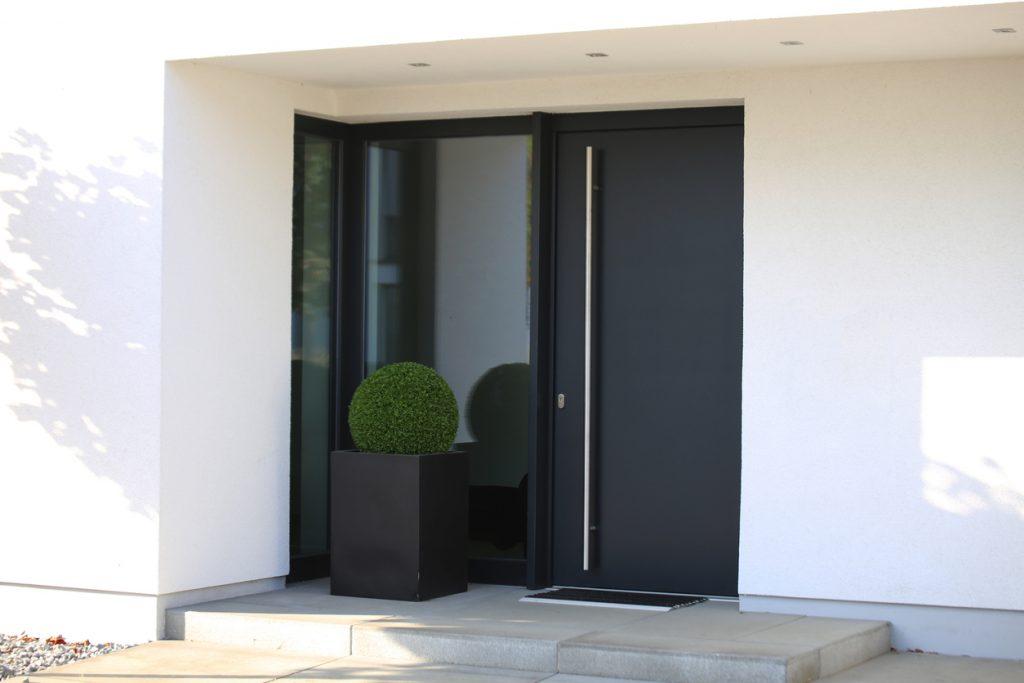 Dvere v antracitovej farbe