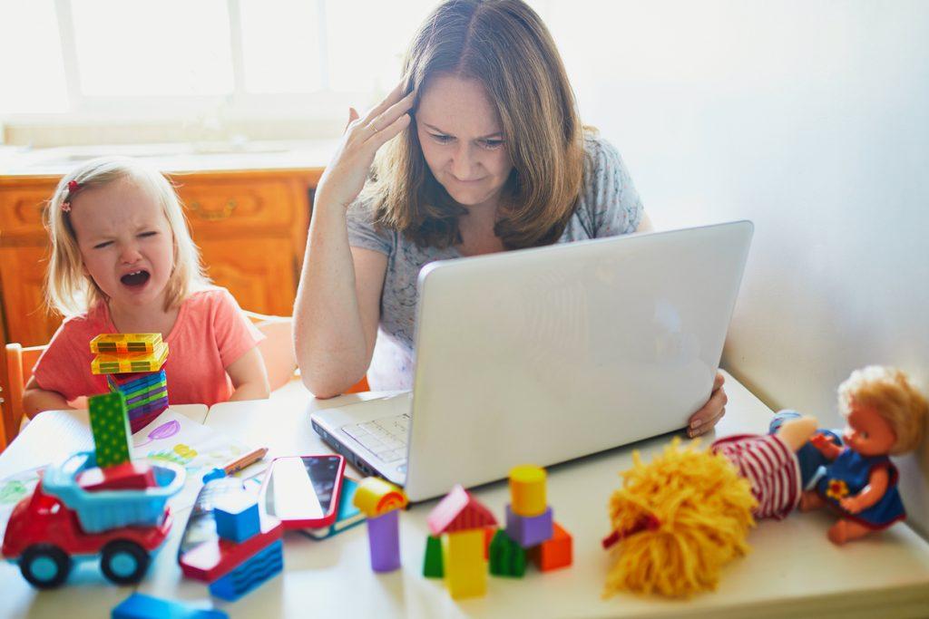 Pracujúca matka s dieťaťom