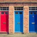 Vchodové dvere v troch rôznych farbác