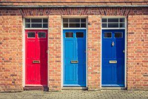 Oživte svoje vchodové dvere! Ako postupovať a ktoré farby sú aktuálne?