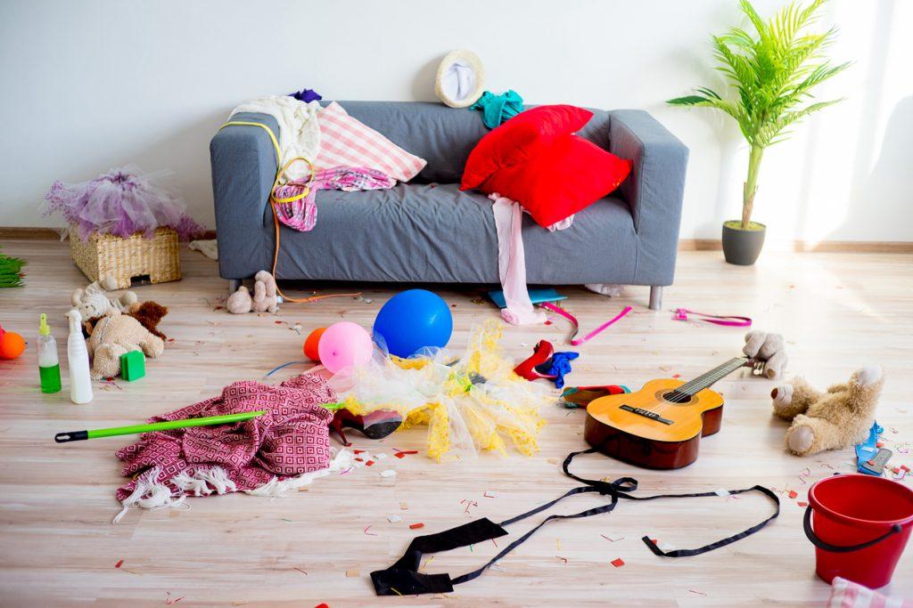 Neporiadok a rozhádzané veci v obývacej izbe