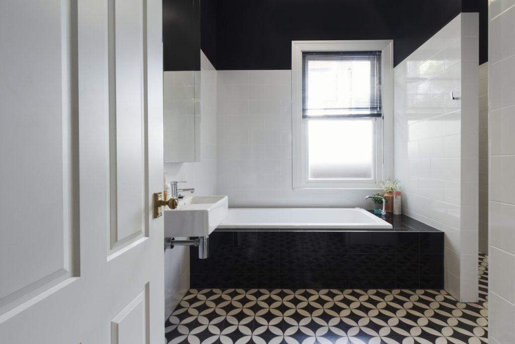 čiernobiela kúpeľňa