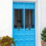 Modré vchodové dvere v španielskom štýle