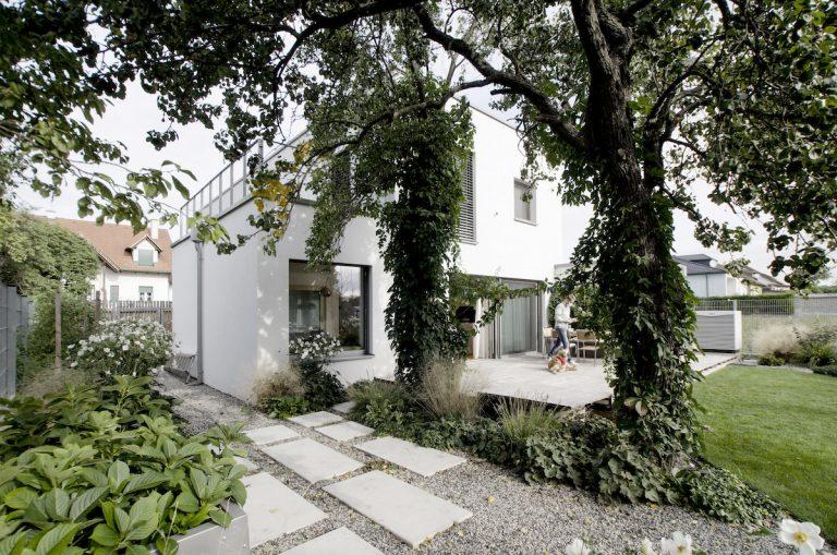 Biely dom od bratislavských architektov plný svetla azelene