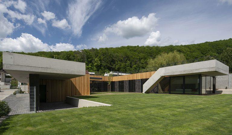 Novostavba v Marianke prekvapuje átriom i úrodnou záhradkou na streche