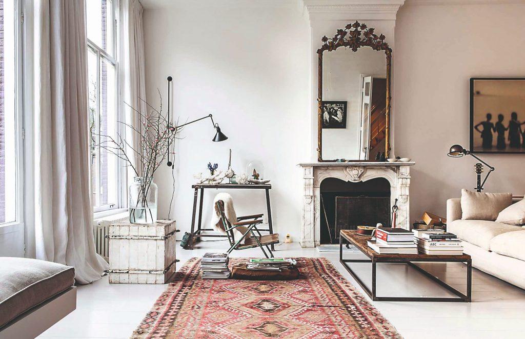 Obývačka so starožitným zrkadlom