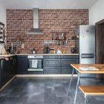 kuchyňa s tehlovým obkladom