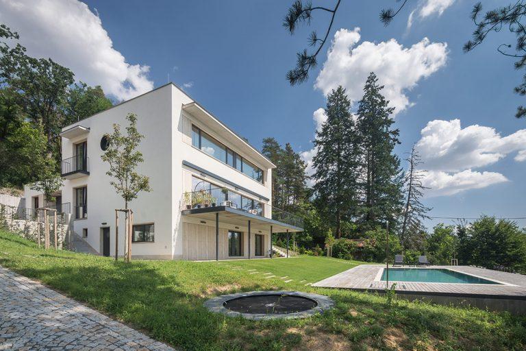 Veľký rodinný dom, ktorý sa nekamarátil ani s vlastnou záhradou, prešiel zásadnou rekonštrukciou
