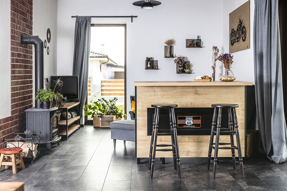 barový pult, ktorý predeľuje kuchyňu a obývačku