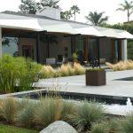 Záhrada pred moderným domom