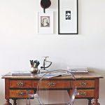 Starožitný stolík a moderné kreslo