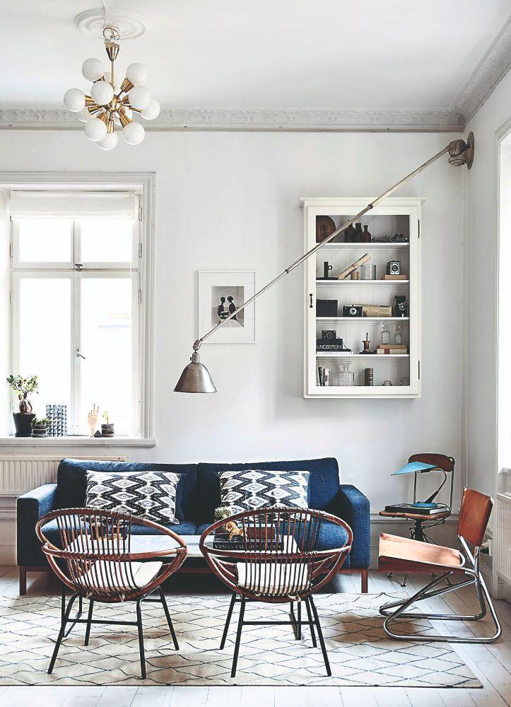 Dizajnová lampa v obývacej časti