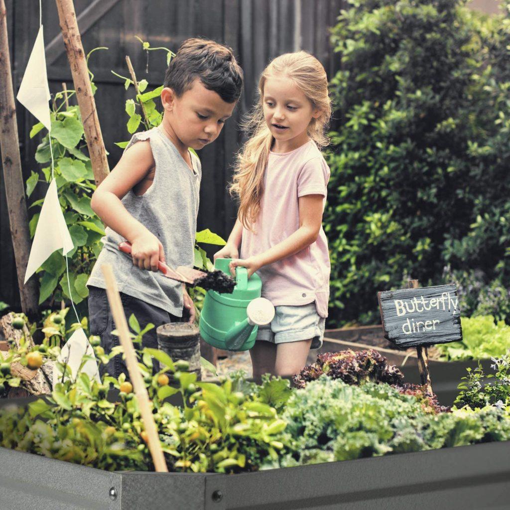 Deti v záhrade pomáhajú so sadením