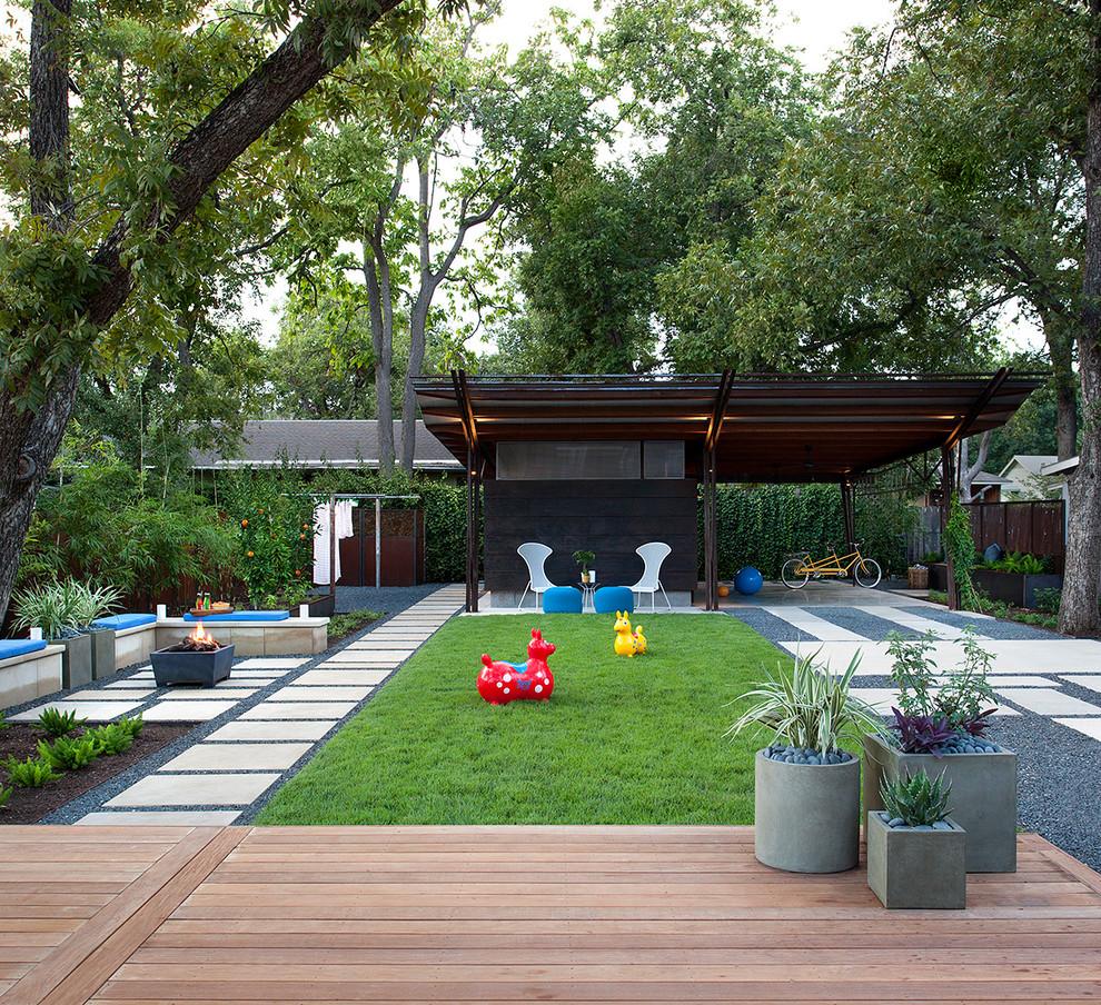 veľká záhrada s altánkom, trávnikom a chodníčkami