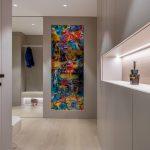 Umelecké dielo v pastelovom interiéri