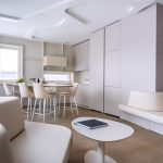 Jednofarebná kuchyňa s posedením
