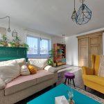 obývacia izba s farebným nábytkom