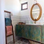 kúpeľňa s kruhovým zrkadlom