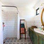 kúpeľňa s čiernobielou dlažbou