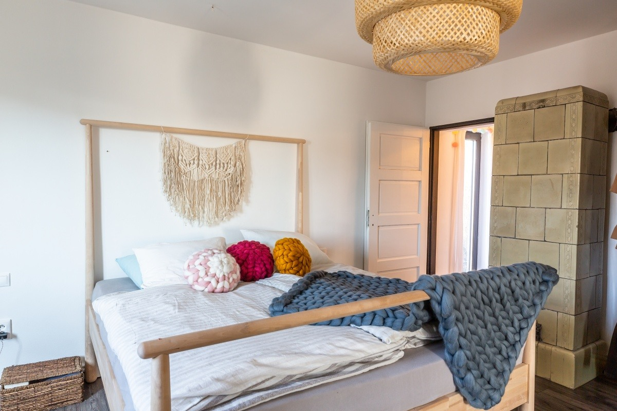 prírodná spálňa s manželskou posteľou