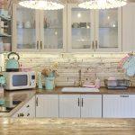 biele lustre vyrobené z keramiky v kuchyni
