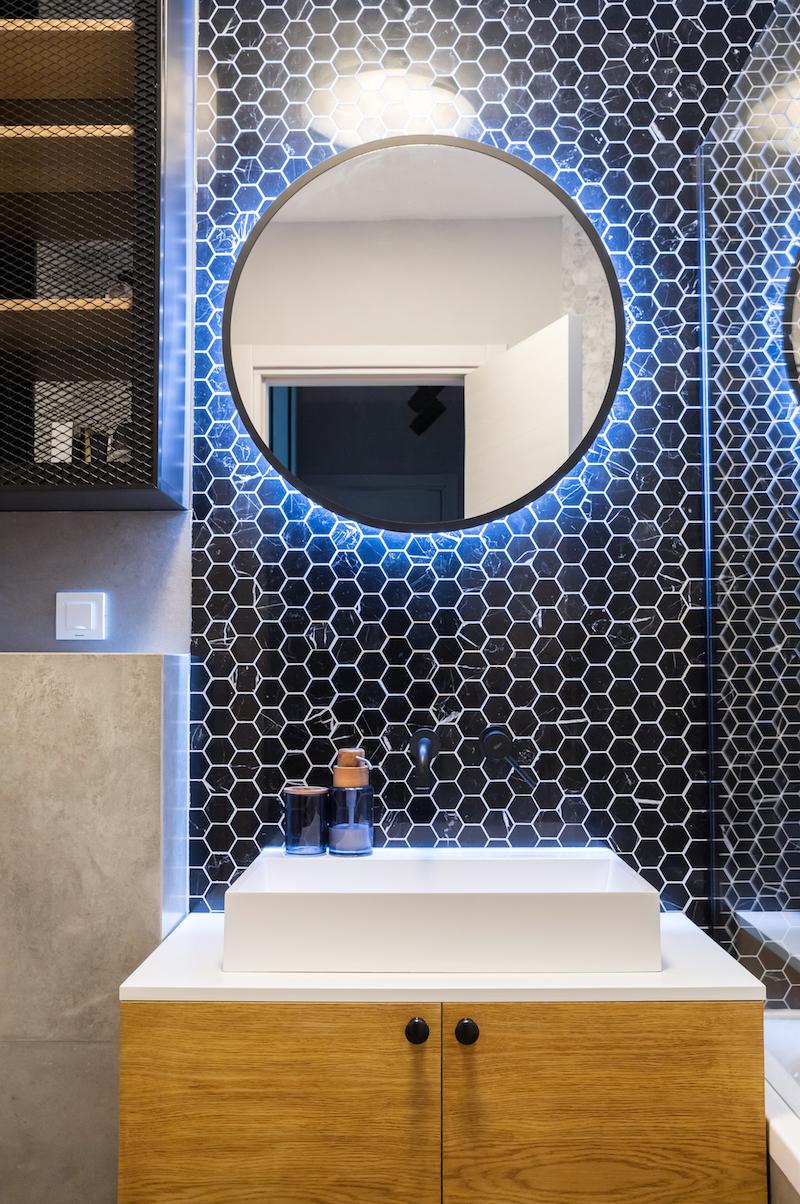 Kúpeľňa s okrúhlym zrkadlom a mozaikou