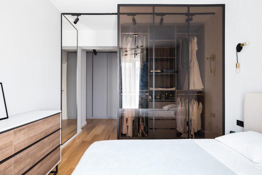 Šatník s dymovým sklom v spálni