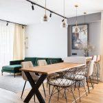 Jedáleň so stolom z kovu a dreva