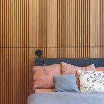 Spálňa s lamelovou stenou