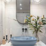 Modrosivé umývadlo v mramorovej kúpeľni
