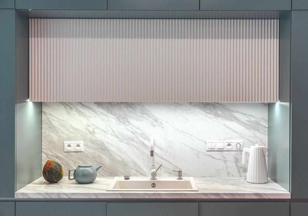 kuchynský drez s mramorovou pracovnou doskou