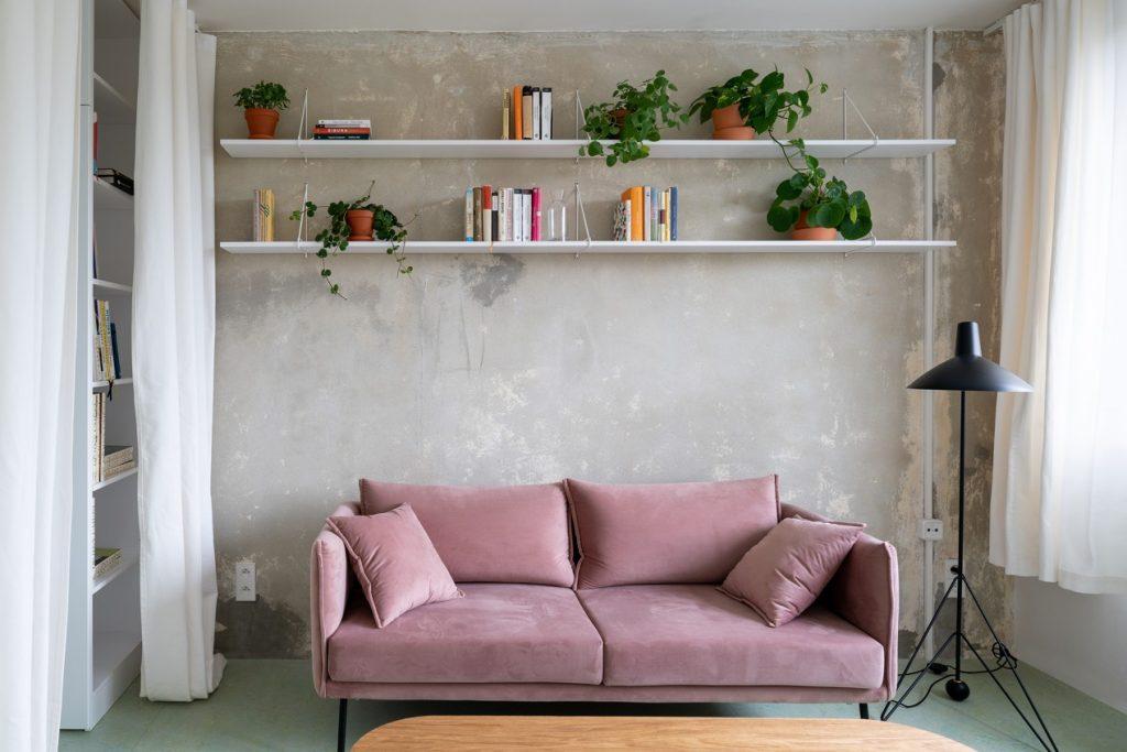 Ružový gauč v interiéri