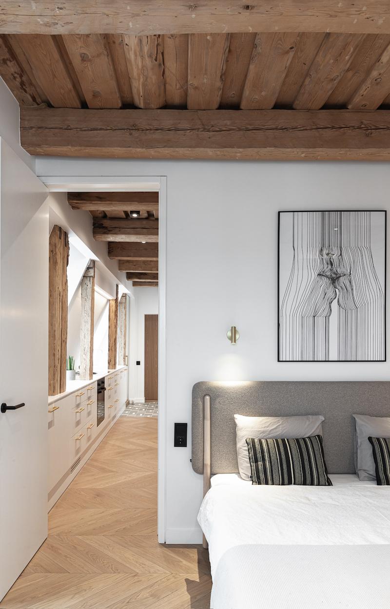 Vchod do spálne s pôvodným dreveným stropom