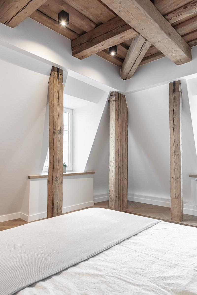 Pôvodné stropy a trámy v spálni