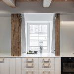 Biela kuchynská linka s oknom