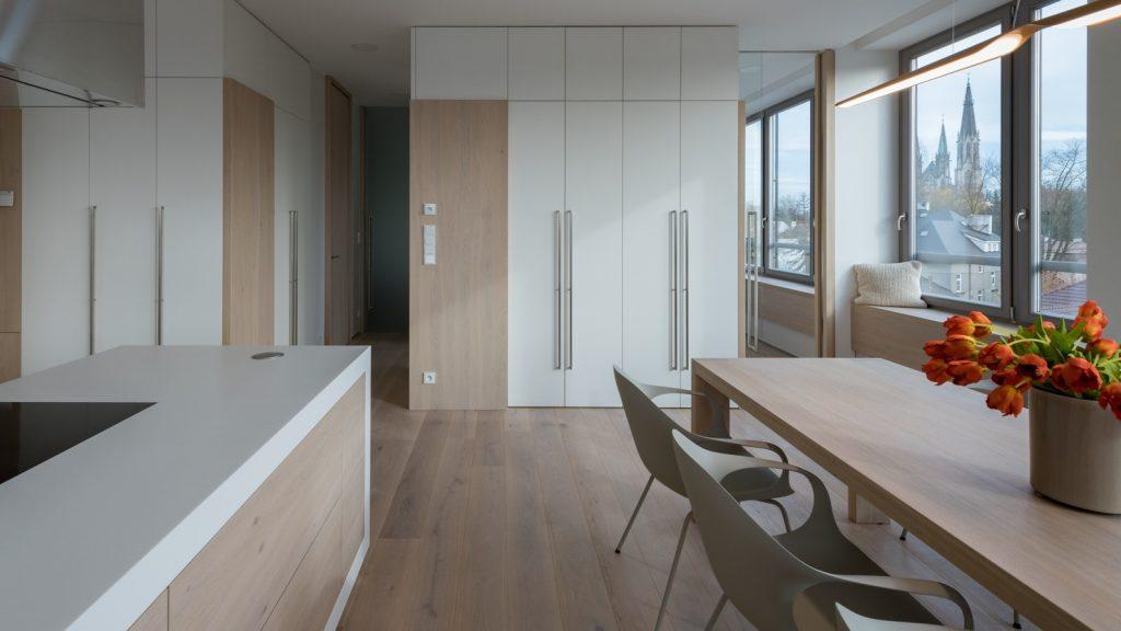 Kuchyňa s jedálňou a vstavanými skriňami