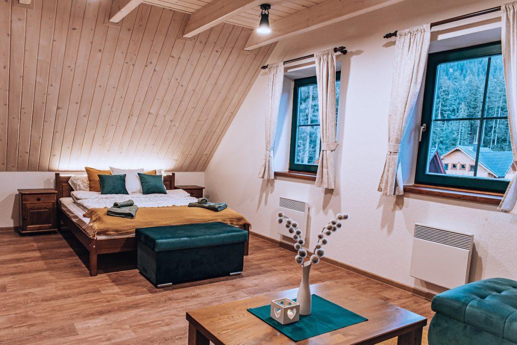Apartmán so skosenou strechou